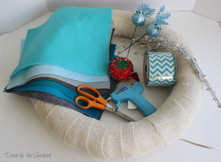 How beautiful is this DIY winter burlap wreath? I can't get enough of those little birds! Best of all, it's an interchangeable wreath, so you can change it for every holiday and season!   decorbytheseashore.com