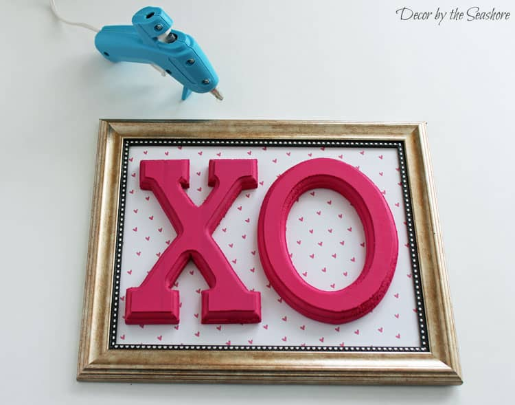 Can you believe you can make this beautiful DIY Valentine's Day sign for only $5 and in 5 minutes?! Create your own beautiful Valentine's Day decoration with this simple tutorial! Also check out the links in the post for 13 more budget-friendly DIY Valentine's Day crafts! You'll never believe these crafts cost $10 or less!| decorbytheseashore.com