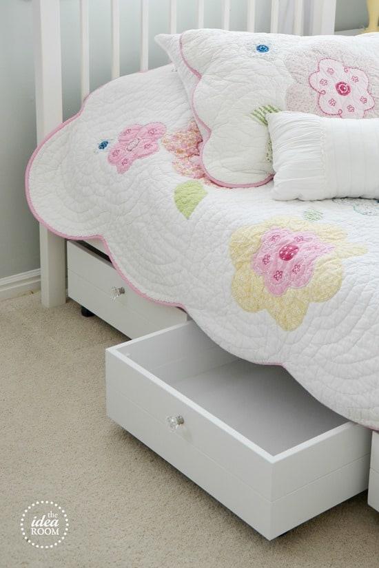 Don't let that space under the bed go to waste! Check out these creative ways to add under the bed storage to your home! You wouldn't believe how much more space you have once you start storing things under the bed! This is so helpful for small home living! | decorbytheseashore.com
