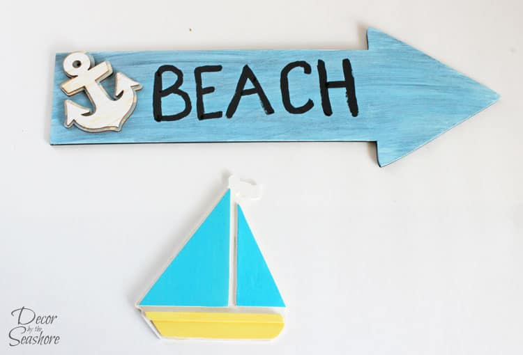 How amazing is this DIY interchangeable summer wreath? It totally reminds me of a day at the beach! The best part is, it's interchangeable, so you can switch out the accessories for the next holiday. So so smart!   decorbytheseashore.com