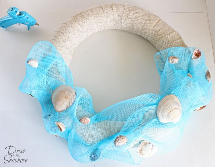 How amazing is this DIY interchangeable summer wreath? It totally reminds me of a day at the beach! The best part is, it's interchangeable, so you can switch out the accessories for the next holiday. So so smart! | decorbytheseashore.com