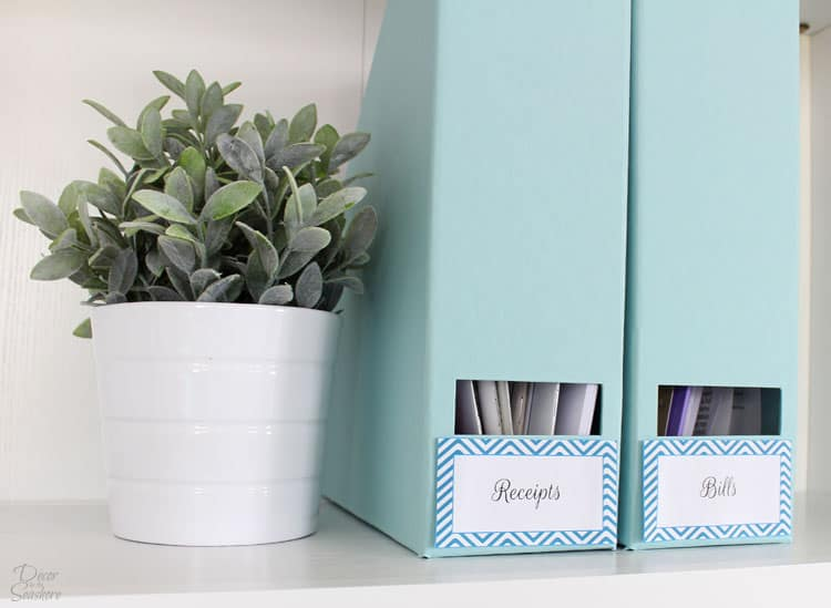 Organize your entire home with these free printable labels! There are four different colors options to choose from to match your home decor. You wouldn't believe how tidy your home can really be once you start using free organizing labels! | decorbytheseashore.com